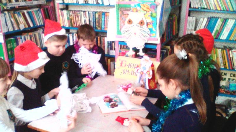 Клуб «Почемучка» библиотеки им. А.Барто собрал ребят в мастерской Деда Мороза