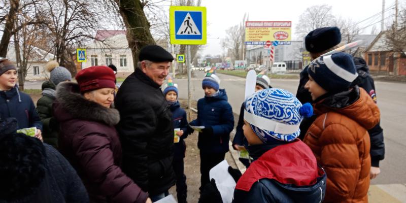 Юные инспектора дорожного движения лицея №11 напомнили шахтинцами правила дорожного движения
