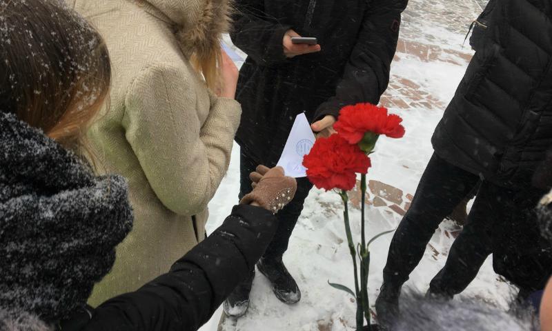 В Шахтах волонтеры раздали письма-треугольники от солдат-освободителей