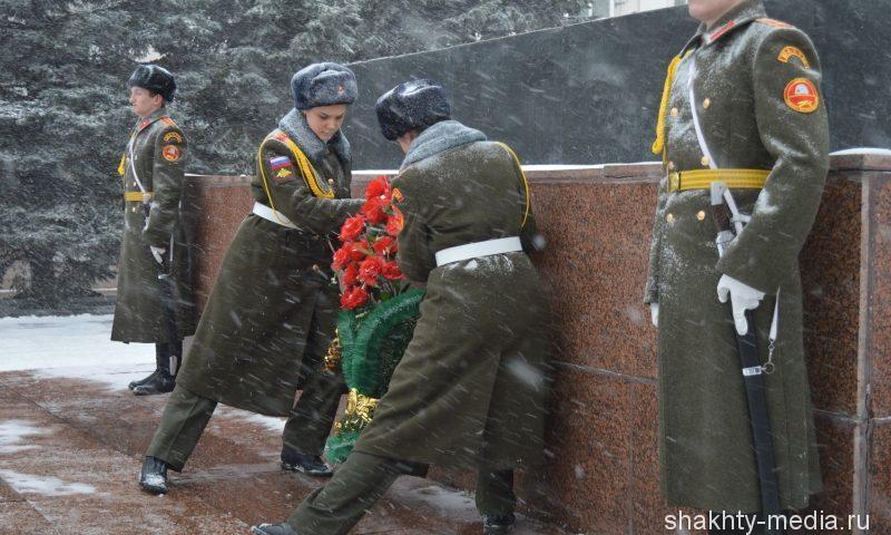 Шахтинцы возложили цветы на площади 40-летия Победы (ФОТО, ВИДЕО)