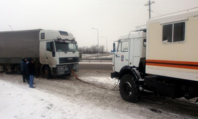 Донские спасатели продолжают оказывать помощь автомобилистам на обледеневших участках дорог