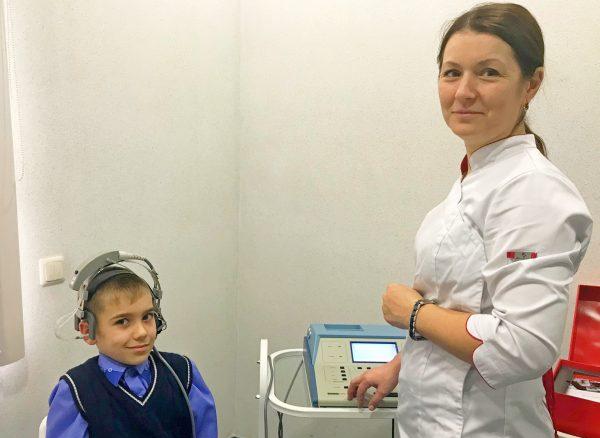 Ребенок в Ростовской области не слышал и не говорил, а теперь успешно учится в обычной школе