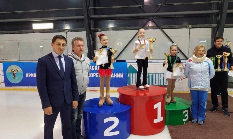 В Шахтах наградили победителей и призеров соревнований по фигурному катанию «Ледовая акварель – 2018»