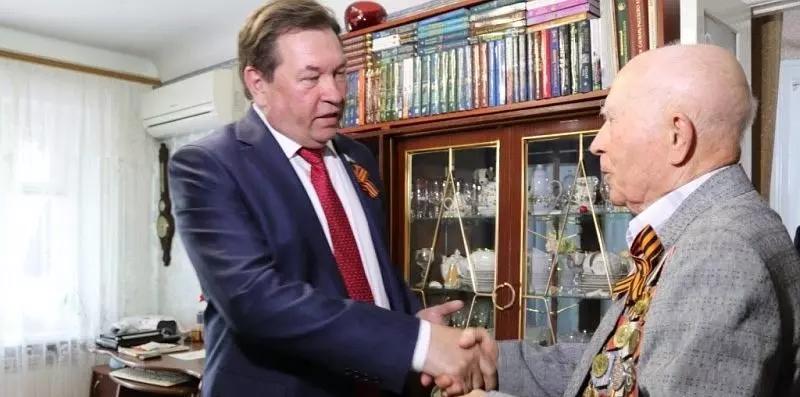 Депутат Заксобрания поздравил с наступающим Днем Победы шахтинского ветерана