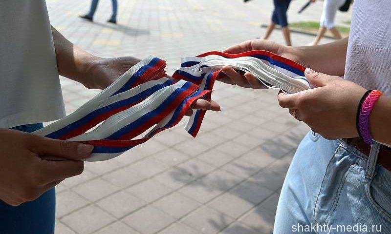 Шахтинская молодежь в честь праздника раздавала жителям триколоры и рисовала символичный аквагрим