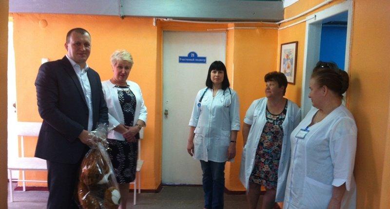 В детской поликлинике п. Аютинский г.Шахты сделан косметический ремонт и отремонтированы ступени центрального входа детской библиотеки им.Крупской