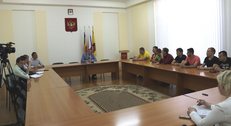 Исполняющий обязанности главы администрации Анатолий Глушков встретился с футбольной командой «Шахтер»