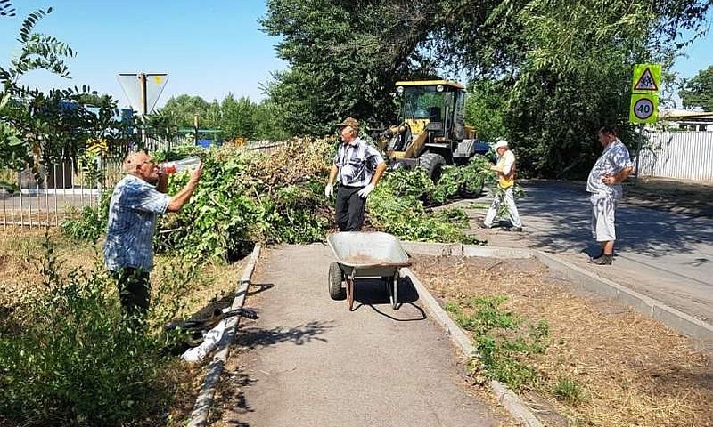 В поселке Аютинский во время субботника собрали более 15 мешков мусора