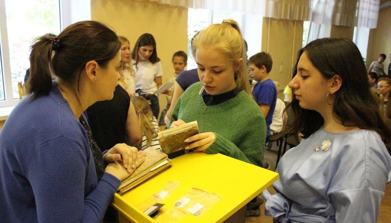 Город Таганрог принял в гости выездную выставку музея Городского Дома детского творчества  г.Шахты