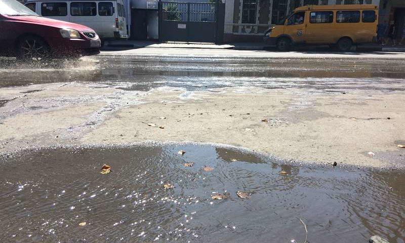 В центре города Шахты устраняют порыв воды