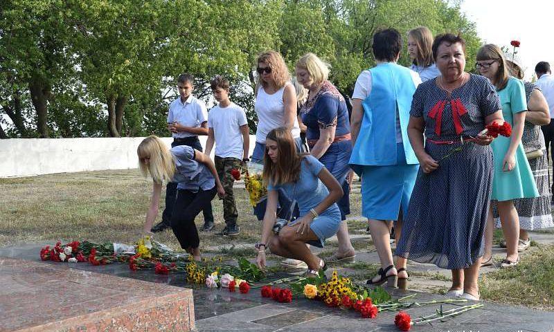 """К мемориалу """"Жертвам фашизма"""" шахтинцы возложили цветы"""