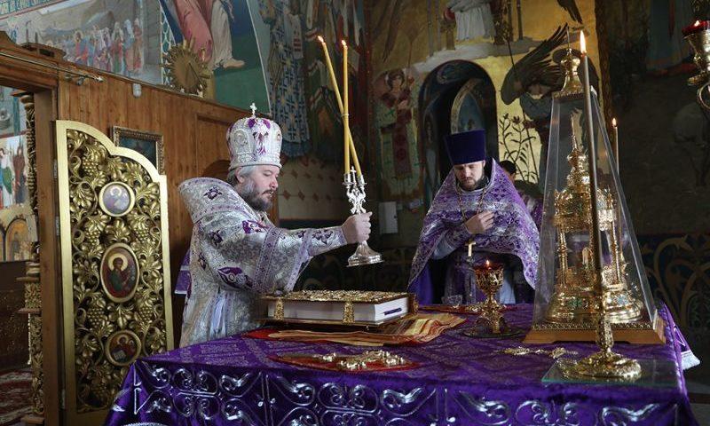 На Воздвижение в кафедральном соборе  г. Шахты совершено праздничное богослужение