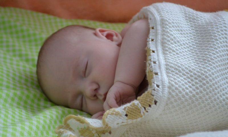 Семьи, в которых второй ребенок родился в апреле 2018 года, могут получить ежемесячную выплату из материнского капитала сразу за полгода