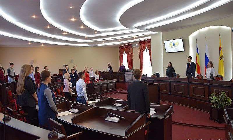 Шахтинцев наградили на очередном заседании Молодежного парламента при городской думе