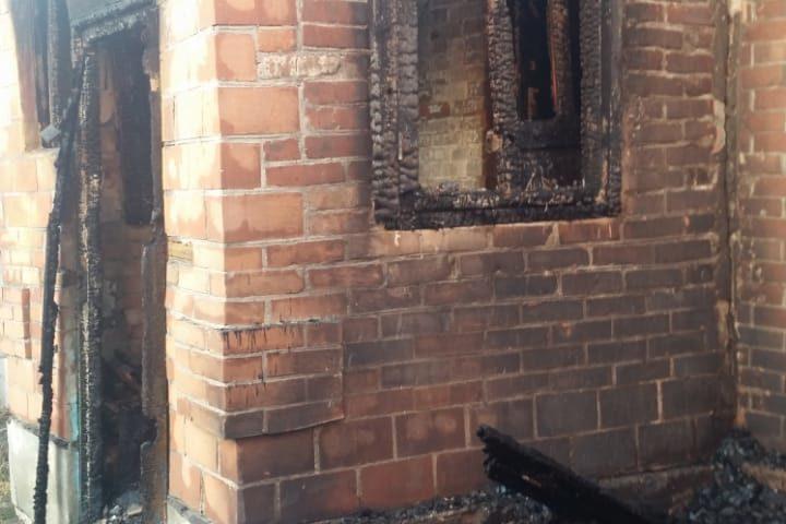 В Шахтах на улице Дачная сгорел дом