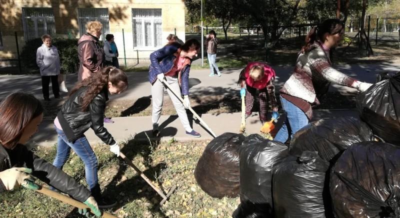 Педколлектив и ученики школы №36 приняли участие в субботнике
