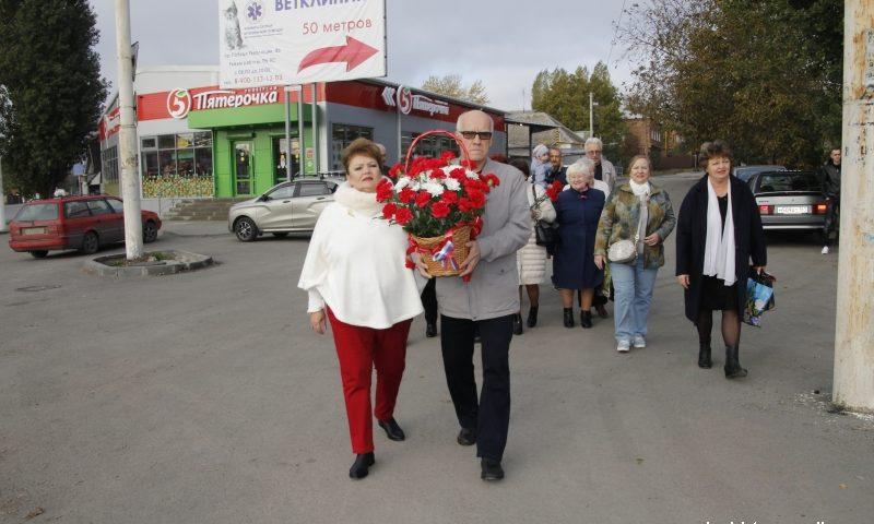 Шахтинцы возложили цветы к Стеле первым комсомольцам