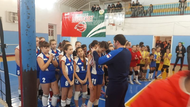 В междугороднем турнире по волейболу среди девушек победили шахтинские спортсменки СШ №1