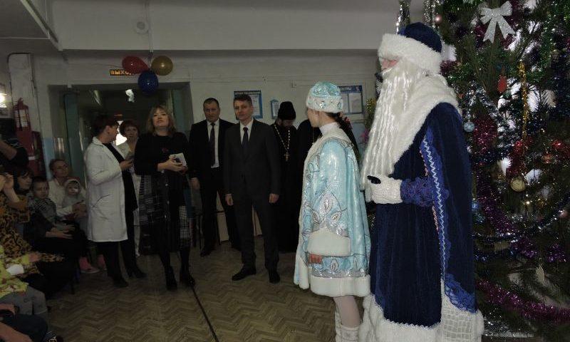 В Детской городской больнице г. Шахты устроил детям праздник «Больничный театр»