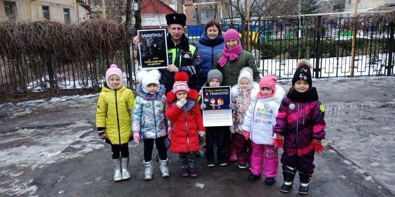 Госавтоинспекция г.Шахты и юные помощники инспекторов дорожного движения из детского сада № 37 разъясняли пешеходам ПДД