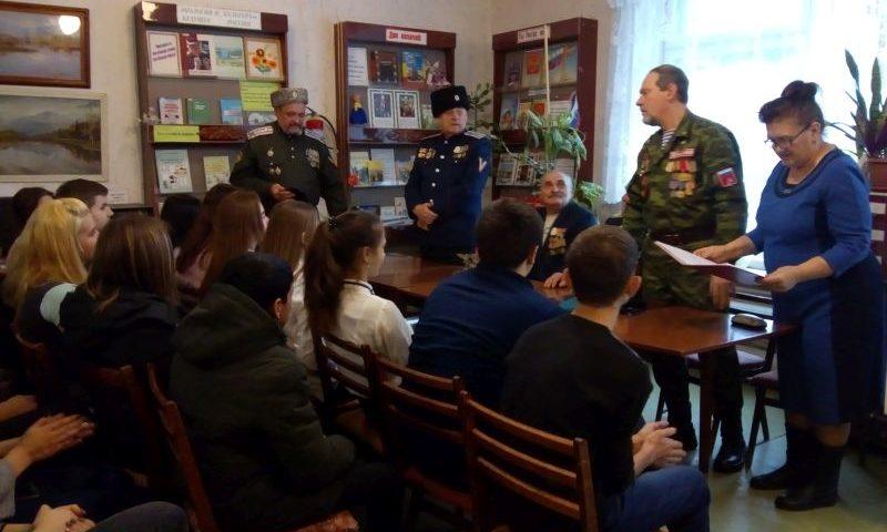 В библиотеке им. В.А.Закруткина прошло патриотическое мероприятие «В жизни всегда есть место подвигу»