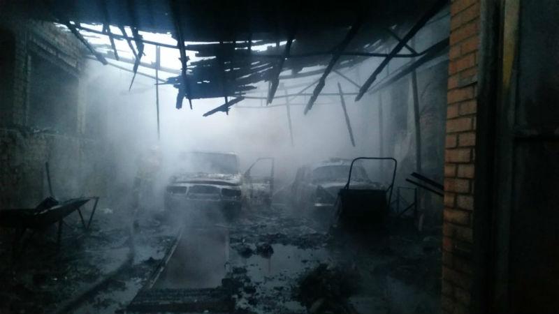 В городе Шахты сгорел гараж с двумя автомобилями внутри