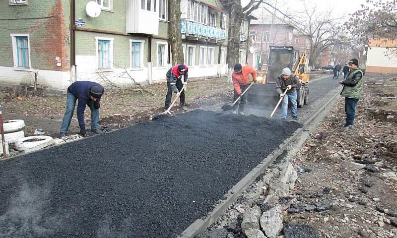 В Шахтах в поселке им.Артема отремонтировали тротуар, а на Красина – дорогу
