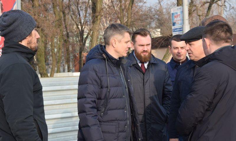 """Глава администрации Андрей Ковалев проверил ход работ по реконструкции стадиона """"Шахтер"""""""