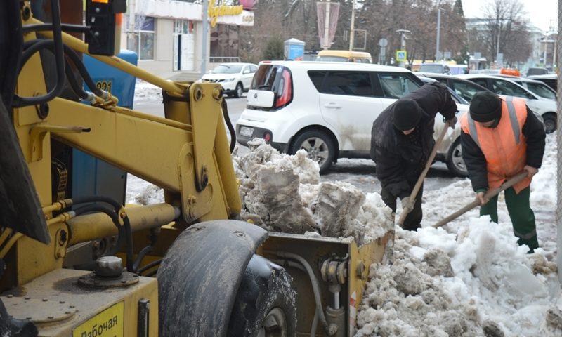 В городе Шахты ведется уборка снега и вывоз мусора