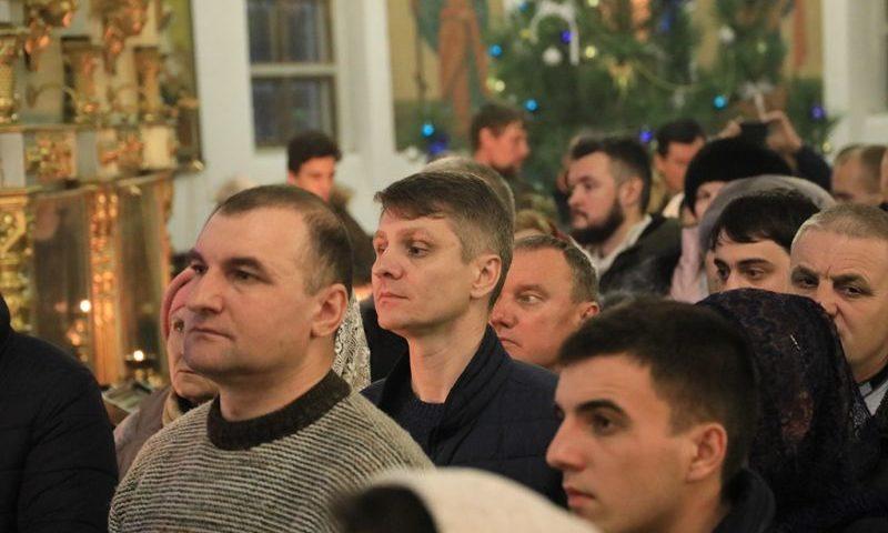 Ночную службу в Рождественскую ночь в соборе Покрова Пресвятой Богородицы посетил глава администрации г. Шахты