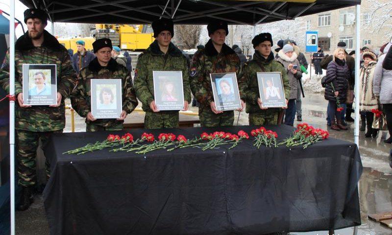 На панихиду по погибшим шахтинцам во время взрыва в доме на улице Хабарова пришли сотни людей (ФОТО, ВИДЕО)