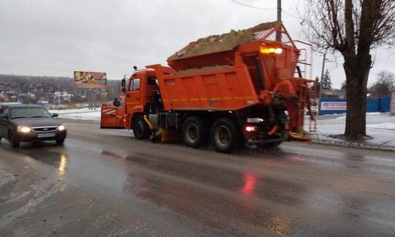 В Шахтах проводятся работы по расчистке улиц от снега