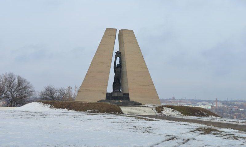 Шахтинцы возложили цветы на мемориальном комплексе «Жертвам фашизма»