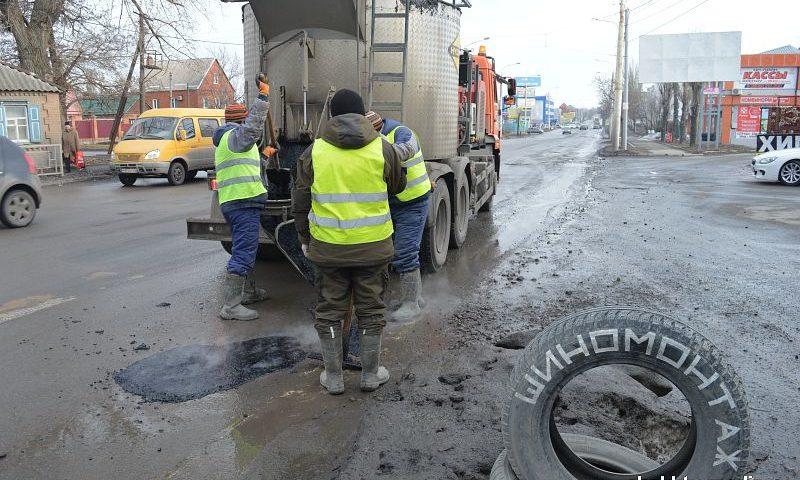 В Шахтах на проспекте Карла Маркса проводится ямочный ремонт дороги ВИДЕО