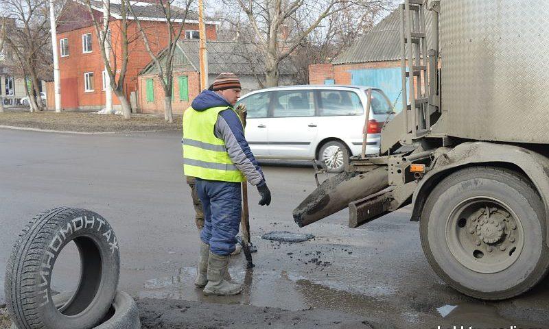 На центральных улицах г.Шахты проводится ямочный ремонт