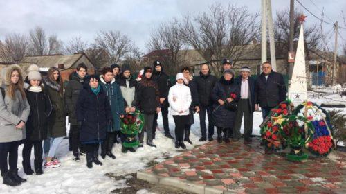 В День освобождения г.Шахты к братским могилам воинов возложили цветы и венки