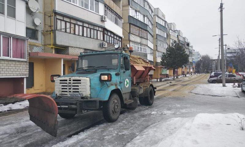 В г.Шахты продолжается обработка дорог и тротуаров противогололедными смесями