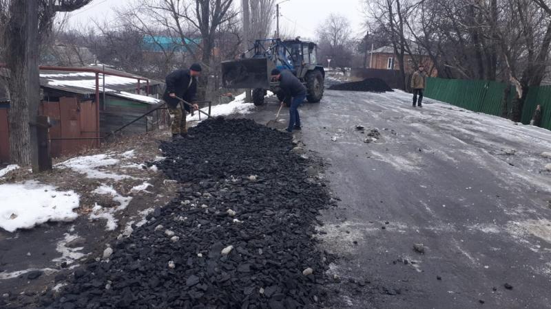 В Шахтах произведена отсыпка и планировка участков дорог по пер. 2-й Милиционный и ул.Серафимовича