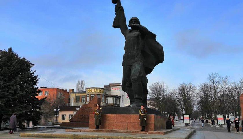 Шахтинцы возложили цветы к памятнику Солдату (ФОТО, ВИДЕО)