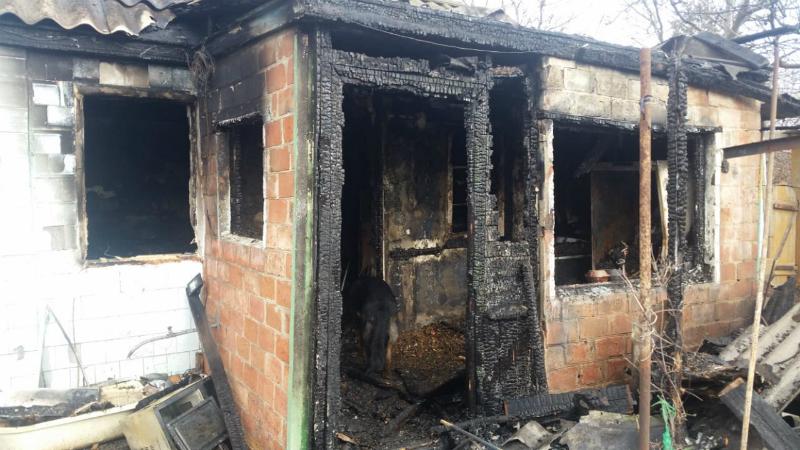 В городе Шахты в поселке имени Артема сгорела летняя кухня