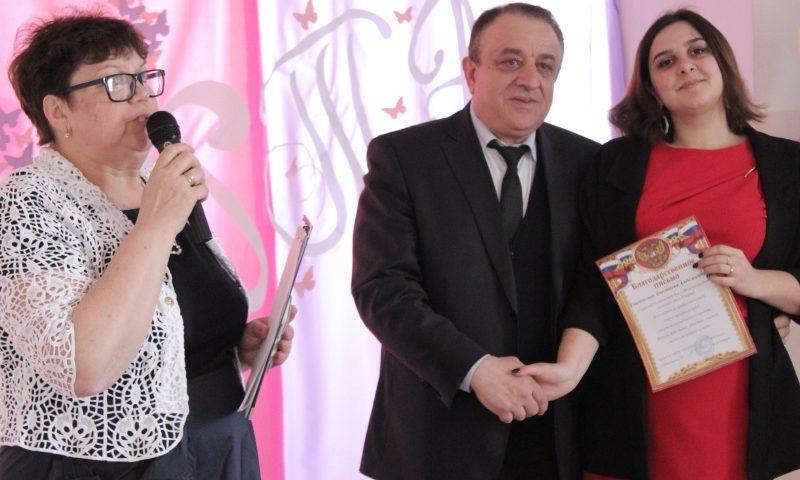 В поселке Фрунзе поздравили педагогов с Международным женским днем