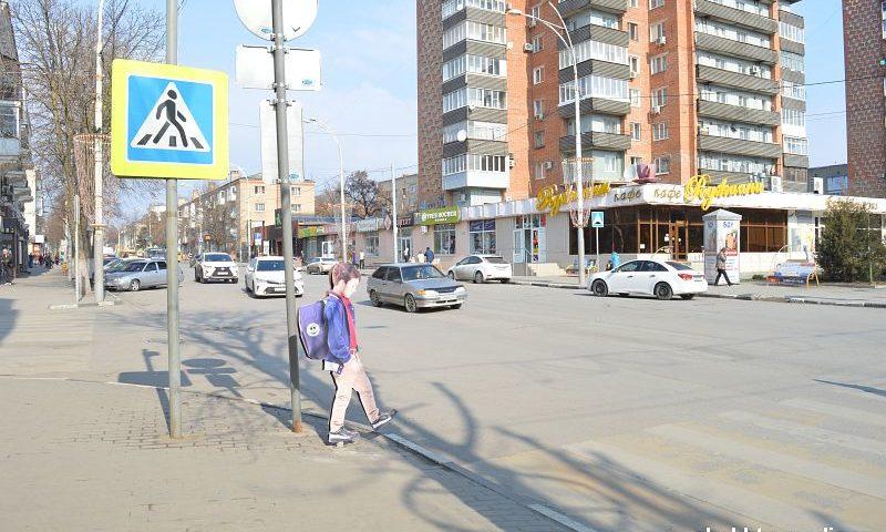 В городе Шахты на улице Советская на пешеходном переходе появился макет школьника