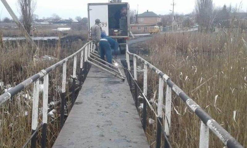 Проведен ремонт пешеходного моста через реку Кадамовка