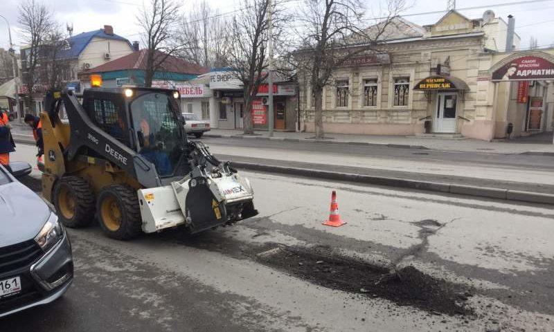 В городе Шахты продолжается ямочный ремонт дорог