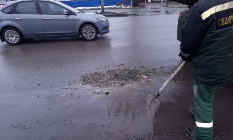 В Шахтах продолжается ямочный ремонт дорог