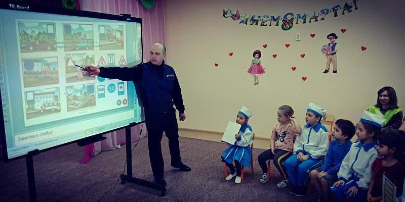 В детском саду №22 инспектор ГИБДД проведено занятие по правилам дорожного движения
