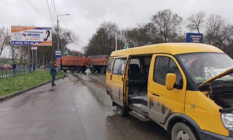 В Шахтах КАМАЗ столкнулся с маршруткой