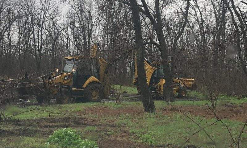 Идет уборка территории кладбища в поселке Майский г.Шахты
