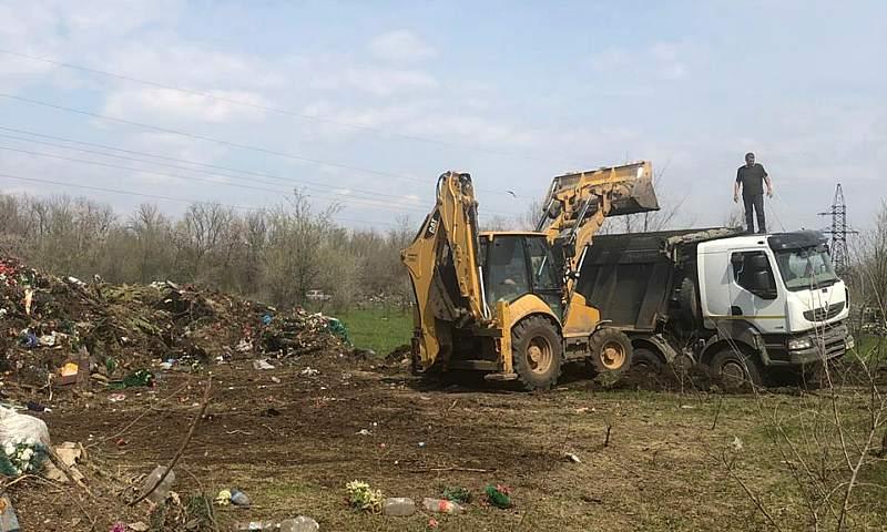В Шахтах продолжается уборка городских кладбищ