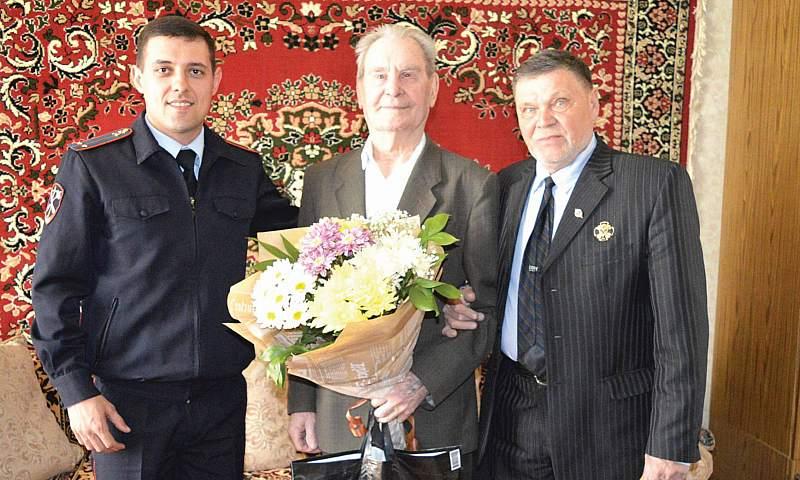Cотрудники УМВД России по г.Шахты поздравили ветеранов